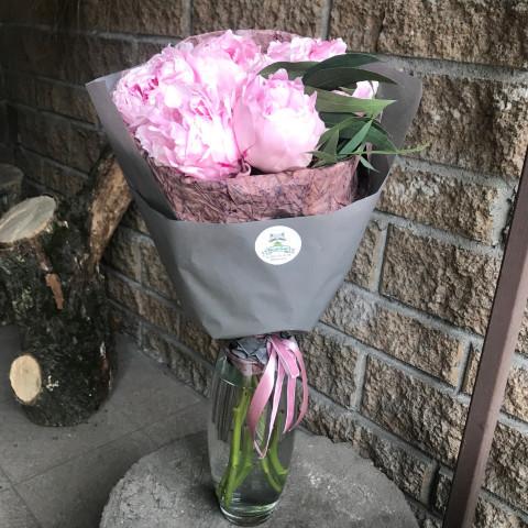 Букет розовыми пионами