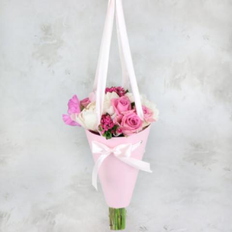 Букет в розовых оттенках в конусе