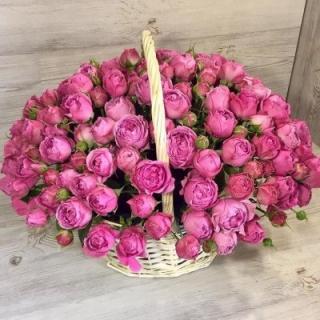 Корзина пионовидных роз