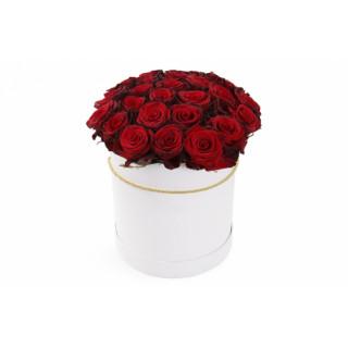 Красные розы в белой шляпной коробке