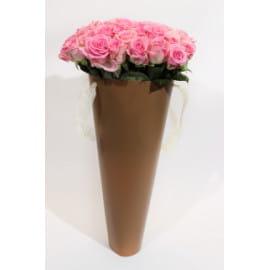 Розовые розы в конусе